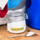 Пищевая сода — доступное, натуральное и универсальное средство для удаления пятен с тканей, придания им мягкости и освежения цветов вещей