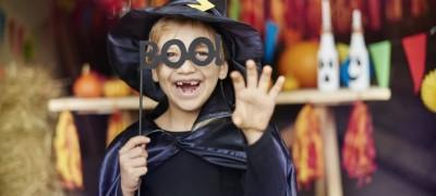 Новогодний костюм волшебника для мальчика: накидка, колпак и палочка. Делаем за пару вечеров