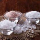 Соль — универсальное безвредное средство для удаления любых загрязнений с тканей, а также придания им мягкости и освежения расцветок