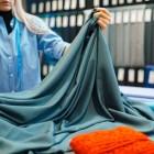 В чем различия между сатином и полисатином, какая ткань обладает лучшими потребительскими характеристиками и износостойкостью