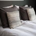 Почему так популярно постельное белье из полиэстера? Особенности состава материала, позволяющие использовать материал даже для детей