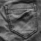 Почему на черных джинсах после стирки остаются белые полосы и как их убрать?