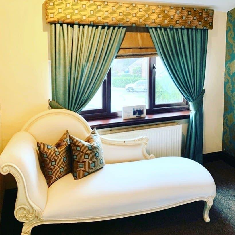 Римские шторы в интерьере спальни. Идеи для декорирования окон с фото