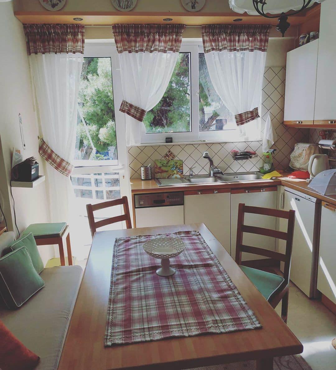 Шторы на люверсах: рекомендации дизайнера по оформлению больших и маленьких кухонь
